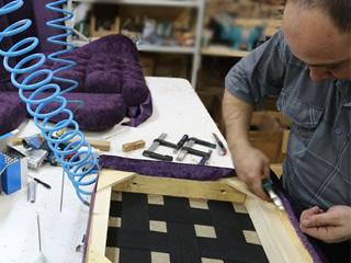 Столяр-сборщик каркасой мягкой мебели для работы на мебельной фабрике в Польше