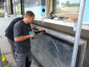 Монтажник безрамних конструкцій зі склла в Литві