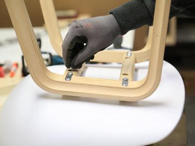 Робота на фабриці з виготовлення дерев'яних стільців в Латвії