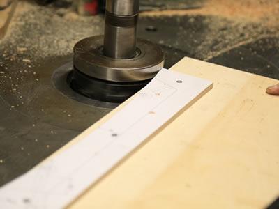 Работа мастера на фабрику по изготовлению деревянных стульев в Латвии