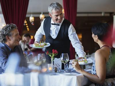 Вакансия для официанта в ресторан при отеле в Латвии