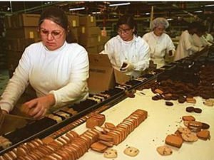 Работа по упаковке печенья на линии производства