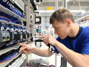 Работа слесаря-электрика на производстве