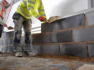 Работа каменщика на строительстве многоэтажных домов