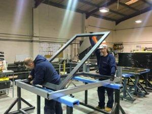 Работа по изготолению алюминиевых дверей