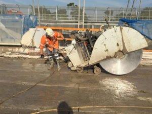 Работа по резке бетона на строительстве