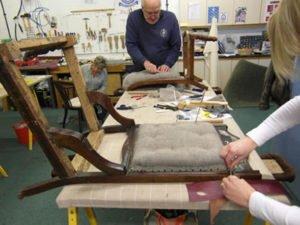 Работа портного на производстве для обивки мебели