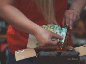 Стикеровщица на складе алкогольной продукции в Литве