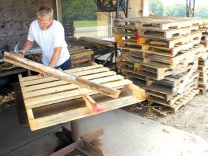 Работа на производстве по изготовлению деревянных поддонов