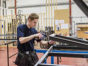 Работа на производстве по изготовлению оконных рам