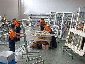 Работа на производстве по изготовлению окон