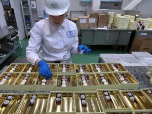 Робота по упаковці шоколадних виробів на виробництві